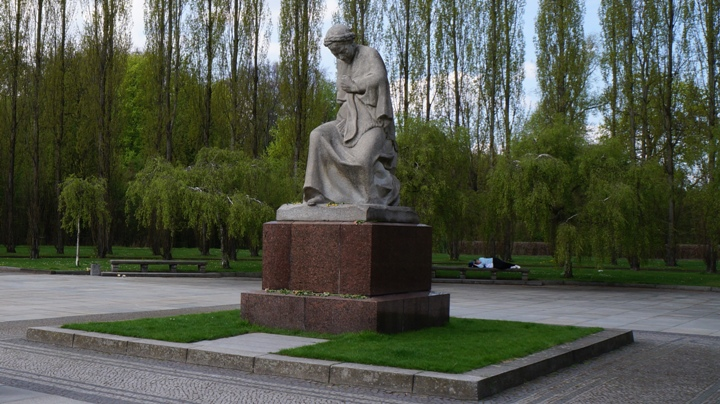 Скульптура-скорбящей-матери-Трпетов-парк