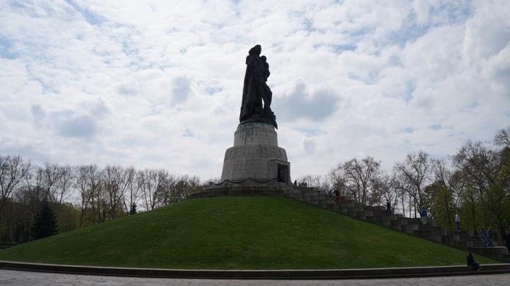 Трептов-парк-Берлин-памятник-воину-освободителю