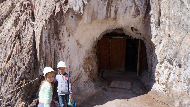 У-входа-в-шахты-Соляной-Горы-Кардоны