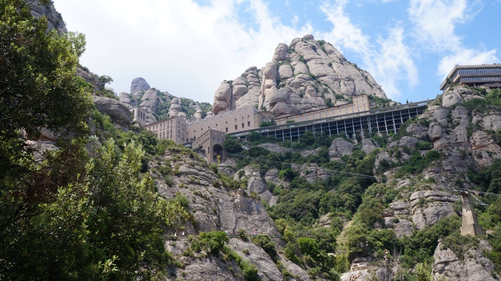 Вид-на-монастырь-Монсеррат-снизу