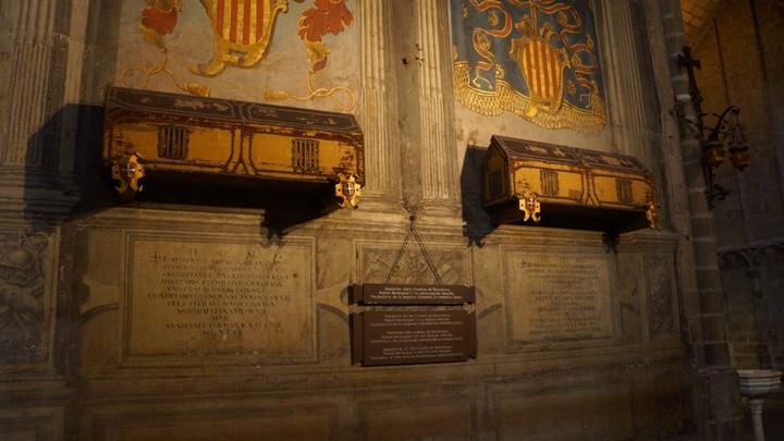 Саркофаги-внутри-Кафедрального-Собора-Барселоны