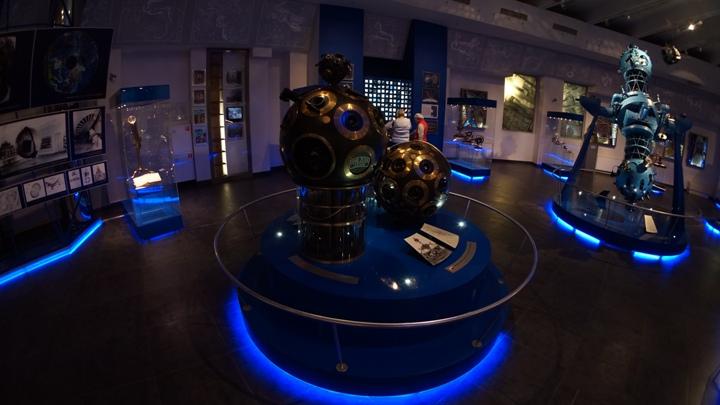 Проекторы-звездного-неба-в-московском-планетарии