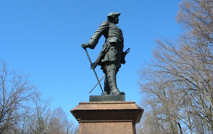Памятник-Петру-Первому-в-Петергофе