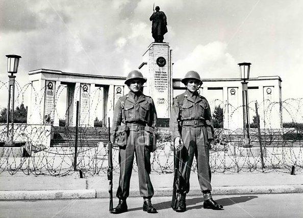 Английские-солдаты-у-Мемориала-Берлин-1961